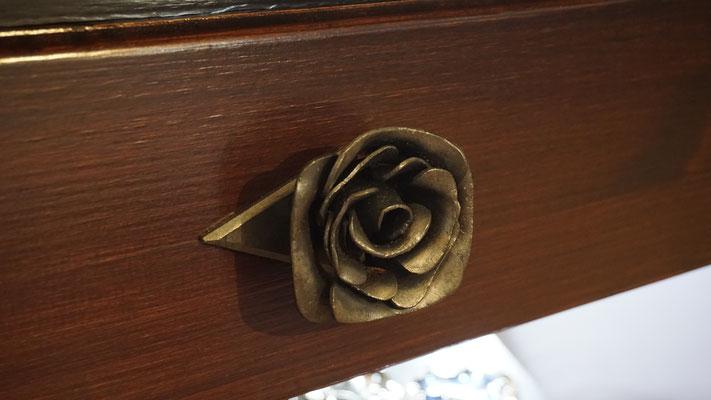 Geschmiedete Rose als Schrankgriff