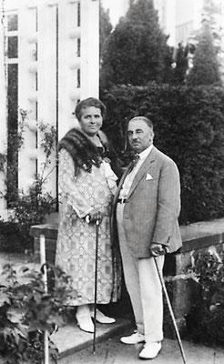 Minna und Max Pfau vor der Villa
