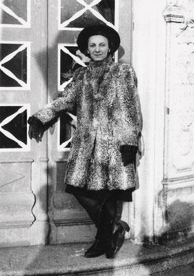 Dora Ilka Pfau am Eingang zur Villa