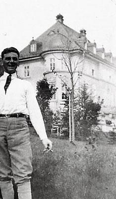 Hans Pfau vor der Villa