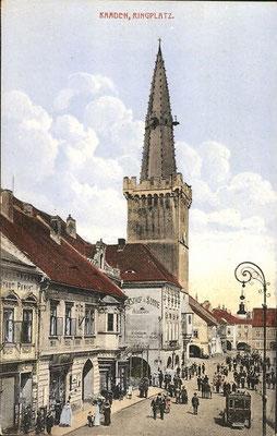 Geschäfte am Ringplatz neben dem Rathaus