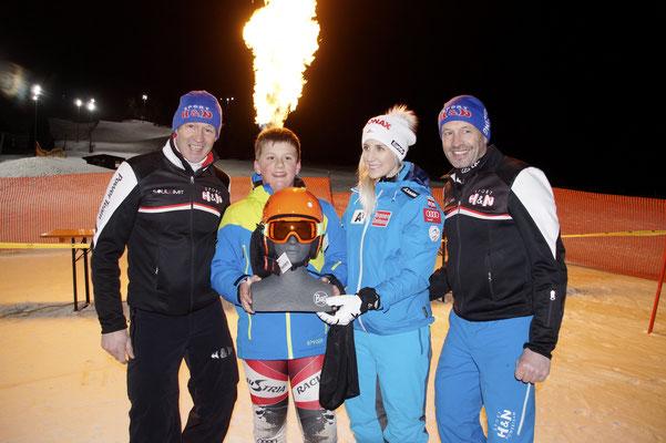 Eva-Maria Brem mit den H&N Sports Brüdern und dem Tombola-Gewinner, Georg Steinlechner vom WSV-Fügen mit dem signierten Helm @Regionalsport.at