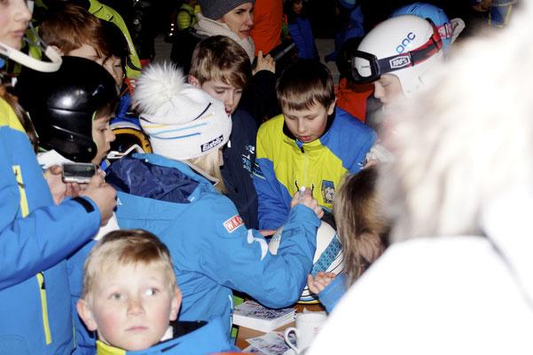 Viel Zeit nahm sich Eva-Maria Brem beim 1. Intern. Eva-Maria Brem Kids Night Sprint by H&N für ihre Fans um Autogramme zu geben, aber auch um Selfis zu machen. @ Regionalsport.at