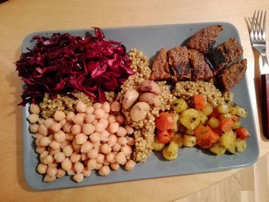Buddah Bowl mit Rotkrautsalat, Buchweizen, süßen Karotten, Kirchererbsen, Grünkernloaberl und Maroni