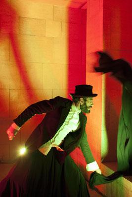 """El performer, Abraham Hurtado, durante la representación de """"El Árbol & los Tres Frutos"""" (Festival Murcia Tres Cultura)"""