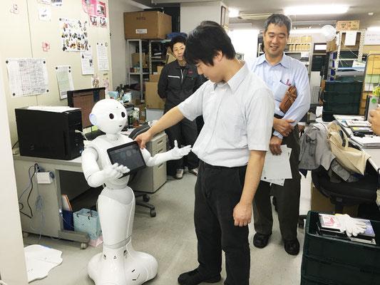プログラムを開発中のロボット、pepperくん。