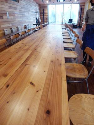 食堂のテーブルには、CLT材を使用。