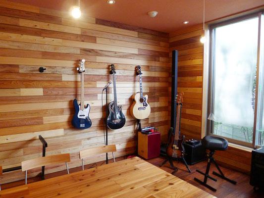 食堂では楽器が常備されていて、ライブも可能。