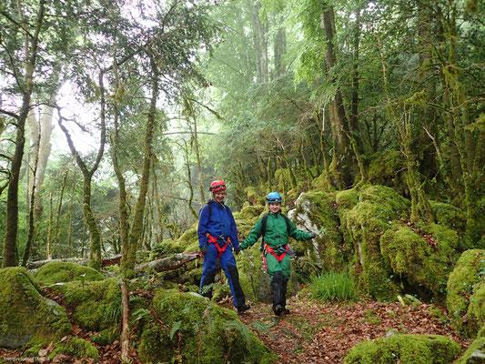 Marche d'approche en forêt de Trescrouts ©Envergure Speleo