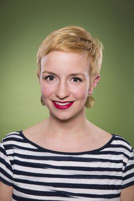 Frauenportrait, Fotostudio, grüner Hintergrund