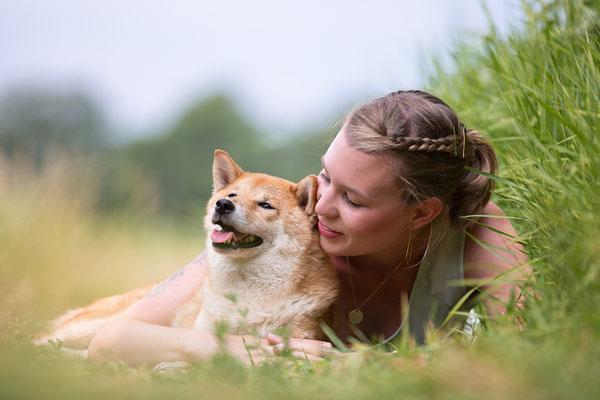 Tierfotografie, Hundeportrait, Hund und Mensch, Chihuahua, Outdoor