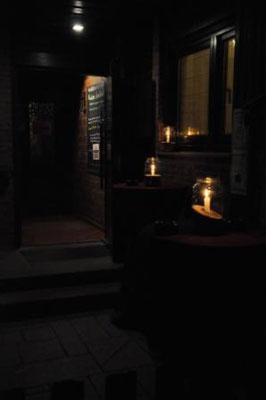 Mit Kerzen beleuchteter Eingang der GiebelStuben