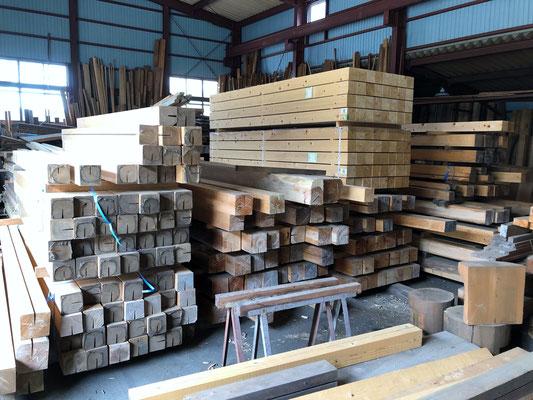 倉庫に保管してある国産材