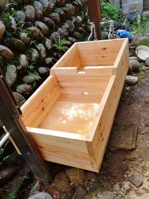 山水を貯めて野菜等を洗う木の水槽を新しくしました
