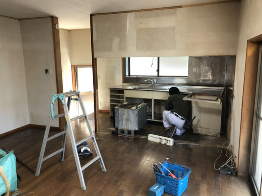キッチン、ダイニング改修工事。解体作業中。