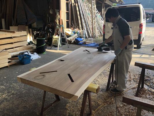 大工さんが無垢板でテーブルを作り、お客様にプレゼント。