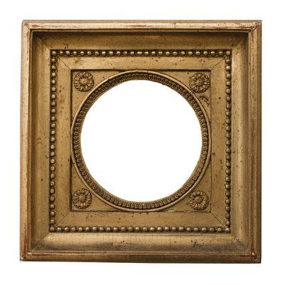 1015  Louis XVI Rahmen, Eiche mit Masseverziehrung vergoldet, Dm 10,8 cm, Außen 21,8 x 21,8 cm