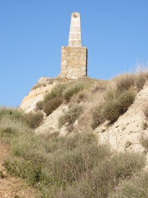 Une stèle construite sur le plateau