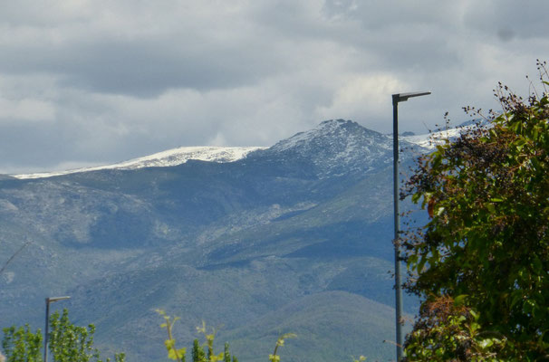 La montagne enneigée qui se voit au loin