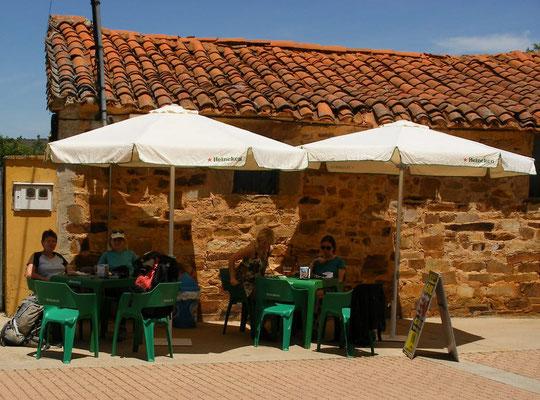Un petit bar dans un petit village