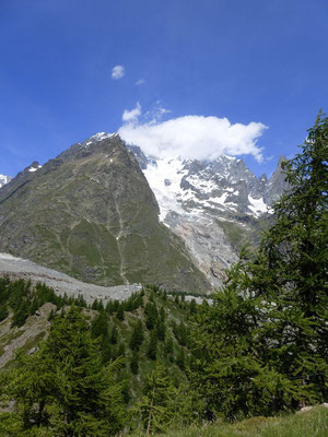Le Mont Blanc enveloppé d'un nuage