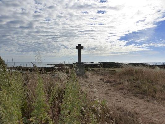 Une croix avant le phare en hommage des marins disparus