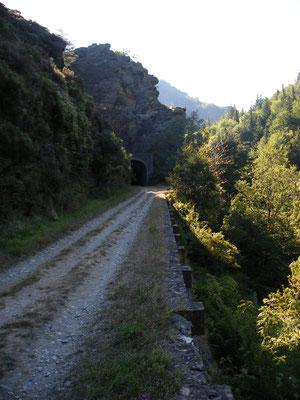 Le chemin longe la voie ferrée