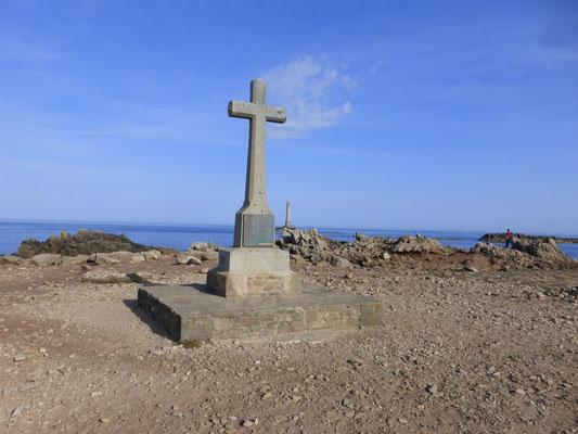 Cette croix à Goury dédiée au sous marin le Vendemiaire(1912)