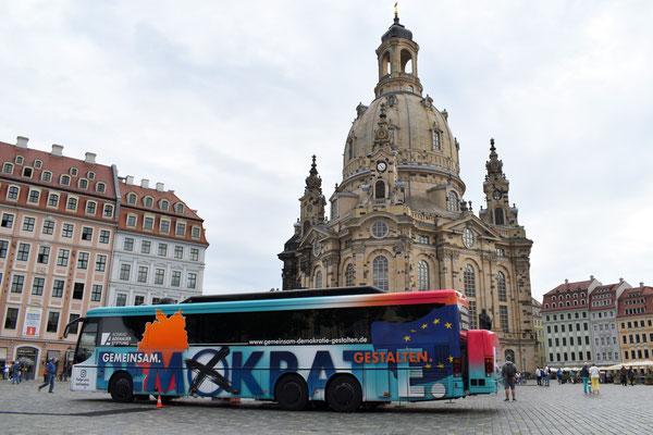 Der KAS-Aktionsbus macht Halt auf dem Dresdner Neumarkt