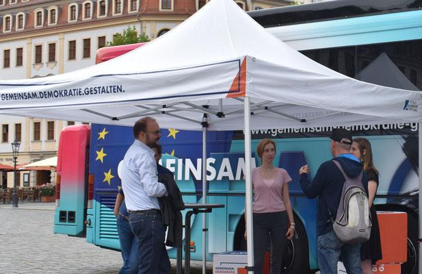 Stiftungsmitarbeiter und Christian Piwarz im Bürgergespräch