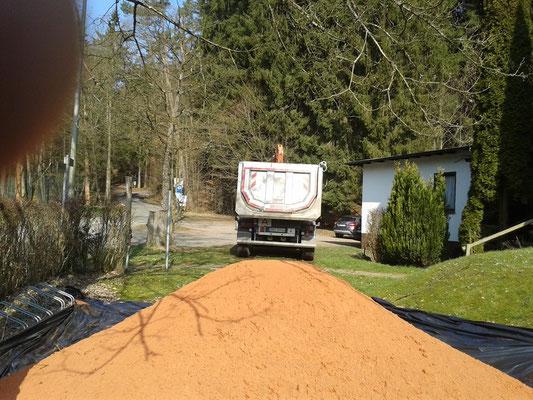 Eine Ladung neuen Sandes ist abgekippt worden