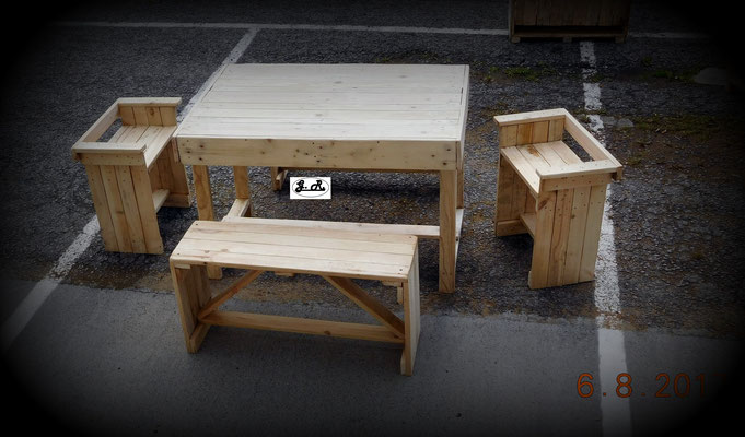 Ensemble en palettes (table + bancs)