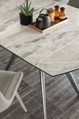 Tavolo VERTIGO allungabile con struttura in metallo verniciato e piano in gres antigraffio oppure cristallo (Misure cm.130x90 + 2 allunghe da cm.35 cadauna)