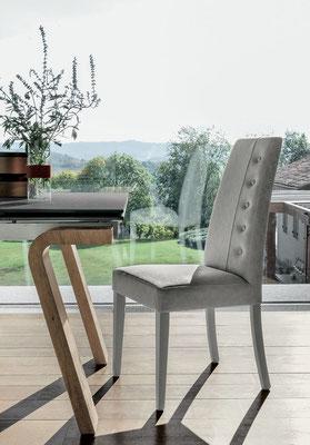 Sedia imbottita con struttura in legno verniciato, rivestimento a scelta (articolo BE17)
