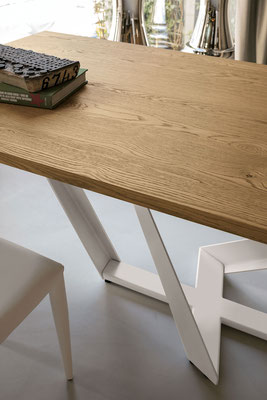 Tavolo PEGASUS, fisso o allungabile, con piano in legno massello oppure in laminato effetto legno, realizzabile su misura