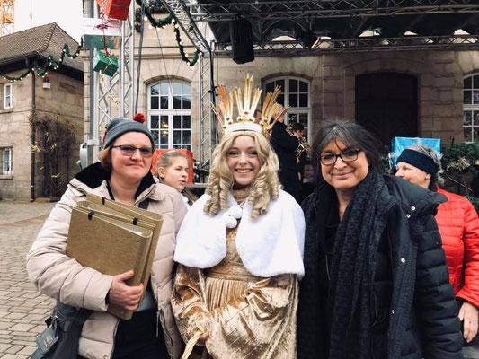 FU-Vorsitzende Doreen Weghorn mit FU-Kreisvorsitzenden Adelheid Seifert und dem Christkind