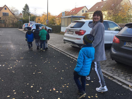 FU-Vorsitzende Eugenia Funk mit den Kindern