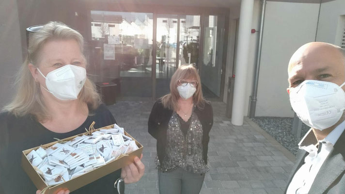 Claudia Augustin und Jutta Egerer von der Frauen-Union Cadolzburg vor dem AWO Pflegeheim Egersdorf