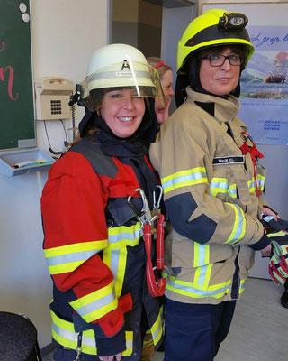 Rossela Pruy und Kreisvorsitzende Adelheid Seifert in voller Montur der Feuerwehr