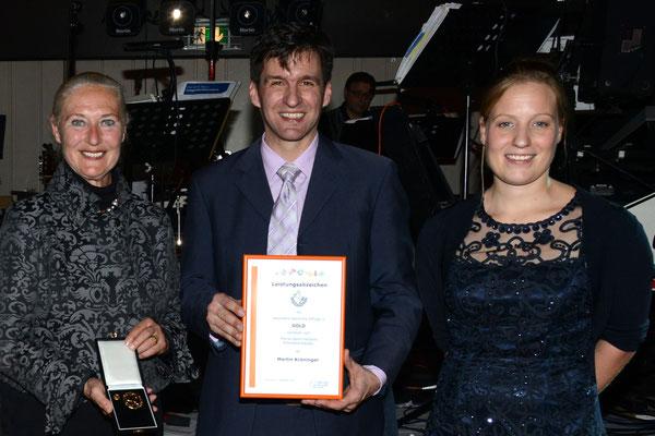 Martin Kröninger erhält sein Goldenes von Annika Stahl (rechts), stellvertretende Geschäftsführerin des Landesverbandes und Monika Sauer, Vizepräsidentin des Sportbunds Rheinland.