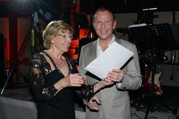 Gaby Wegerhoff,1. Vorsitzende überreicht Jürgen van Damme im Namen der Deutschen Reiterlichen Vereinigung das Reitabzeichen in Gold