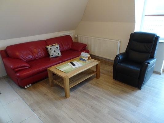 Wohnzimmer mit Ledersofa, Relaxsessel
