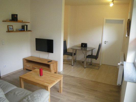 Wohnzimmer mit SAT-TV, Essplatz