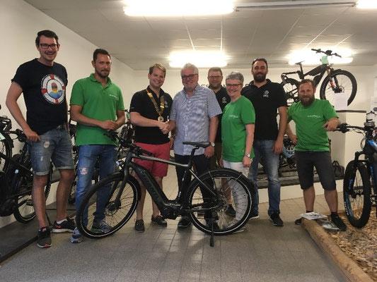 Hauptpreis des Esslinger Entenrennens 2018 übergeben