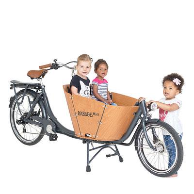 Babboe Mini- E Lastenfahrrad 2020 mit zwei Sitzbänken für bis zu vier Kindern