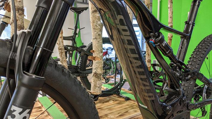 e-Bikes der Marke Specialized in der e-motion e-Bike Welt Halver
