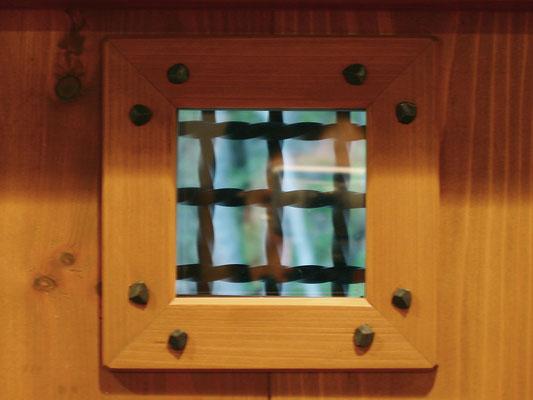 ギャラリー入口扉(内側)-覗き窓