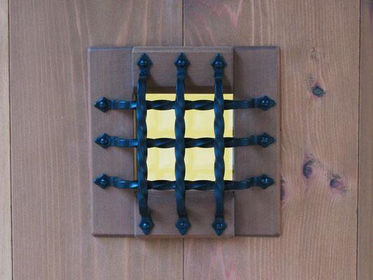 ギャラリー入口扉(外側)-覗き窓