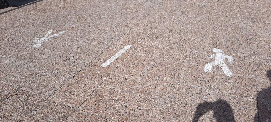 Klare Kennzeichnung der Gehwege auf der Promenade