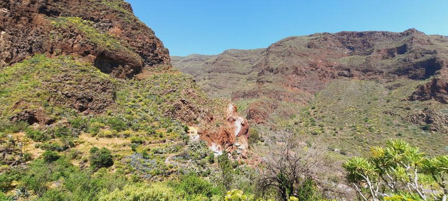 Höhlen mit Vorgärten im Berg
